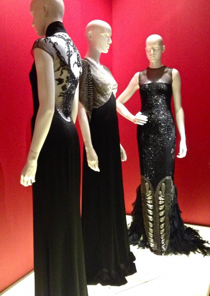 Robes Ralph Lauren, en crêpe de soie et broderies perlées; et au centre en mousseline de soie et pailletes, 2011.