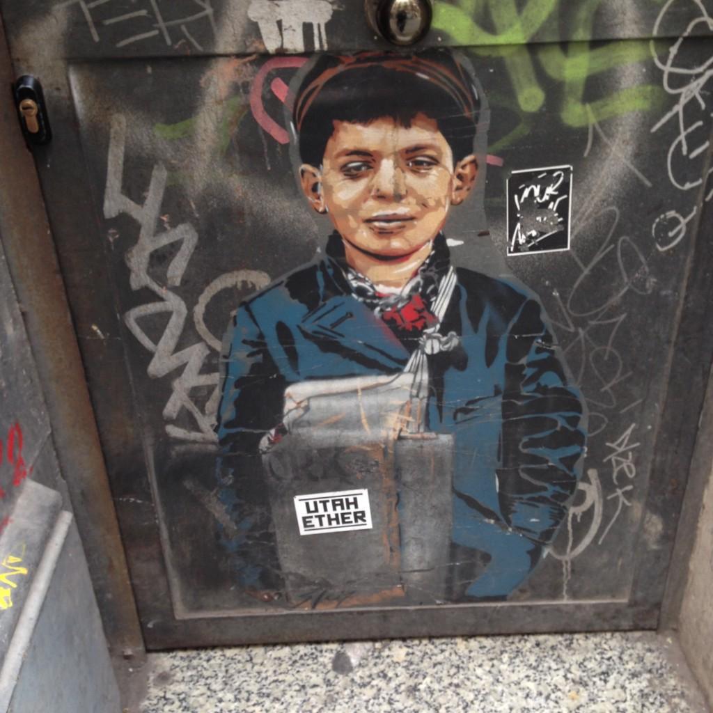 street art Barcelone petit garcon
