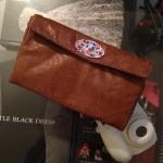 Couture – Une pochette en cuir