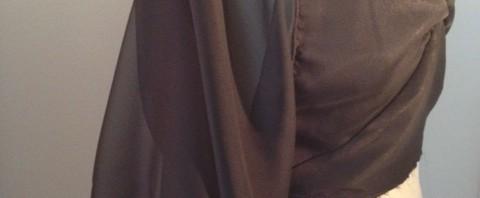 Couture – Une petite robe noire en mousseline et satin