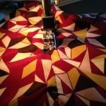 Couture – Un top lavallière graphique